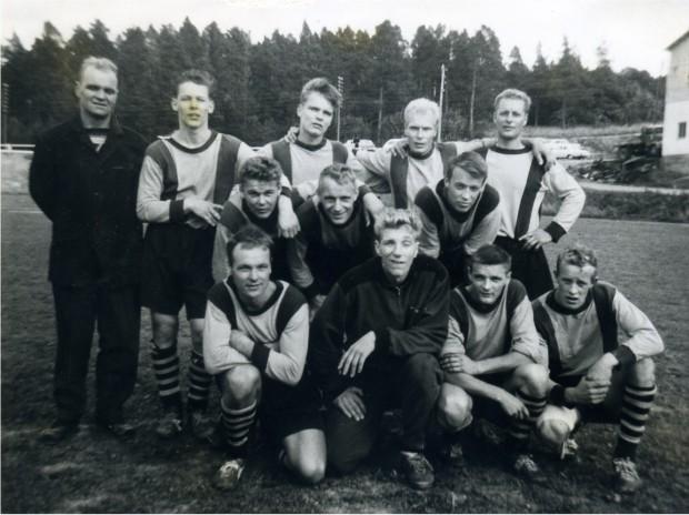 """Kuvassa: Vilpas on 1-1 tasapelillä KSF:n kanssa juuri varmistanut maakuntasarjaan nousunsa vuonna 1964 (Kemiössä). Takana vas. Valmentaja Gösta """"Jeppe"""" Backman, Seppo """"Ugge"""" Heino, Harry Backman, Joukkueen kapteeni Onni Tuominen ja Erkki Lähteenmäki. Keskellä Ari """"Aku"""" Ruoho, Tauno Ylikoski, Seppo Eskola. Edessä Helge Virtanen, Asko Vuorinen, Ismo Blomqvist ja Esko Kesänen."""