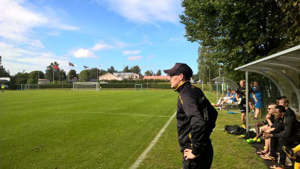 Valmentaja Aho tarkkana ottelun tiimellyksessä...